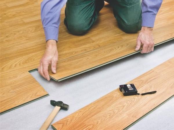 sàn nhựa giả gỗ hèm khóa lắp đặt dễ hơn loại dán keo